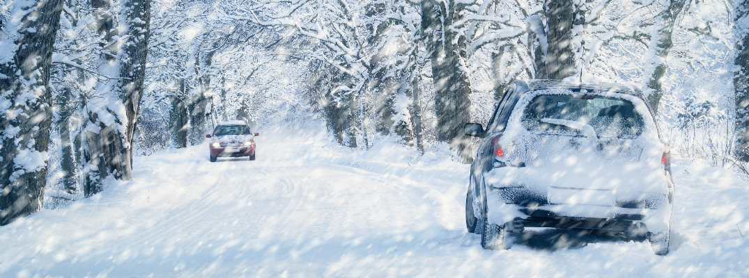cars-driving-on-heavy-snow-in-forest_b.jpg